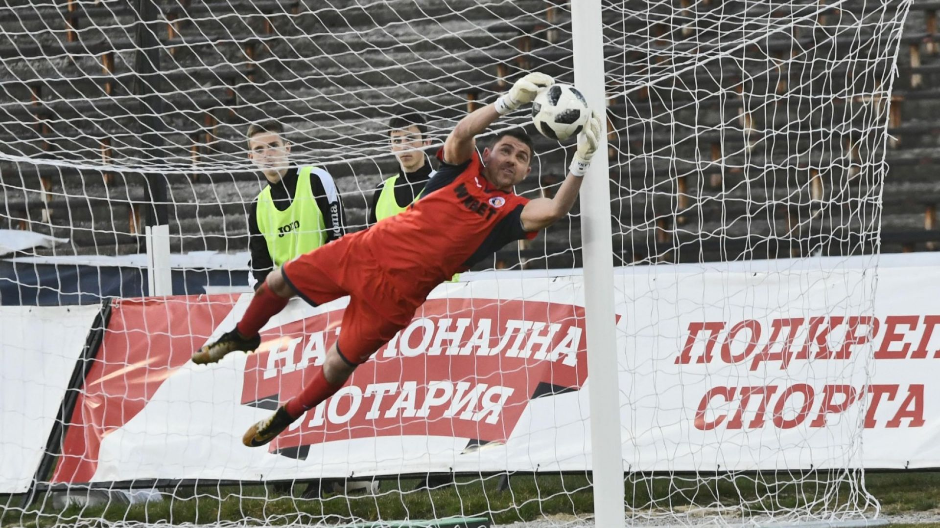 Новият вратар на България ще счупи рекорд срещу Ейре