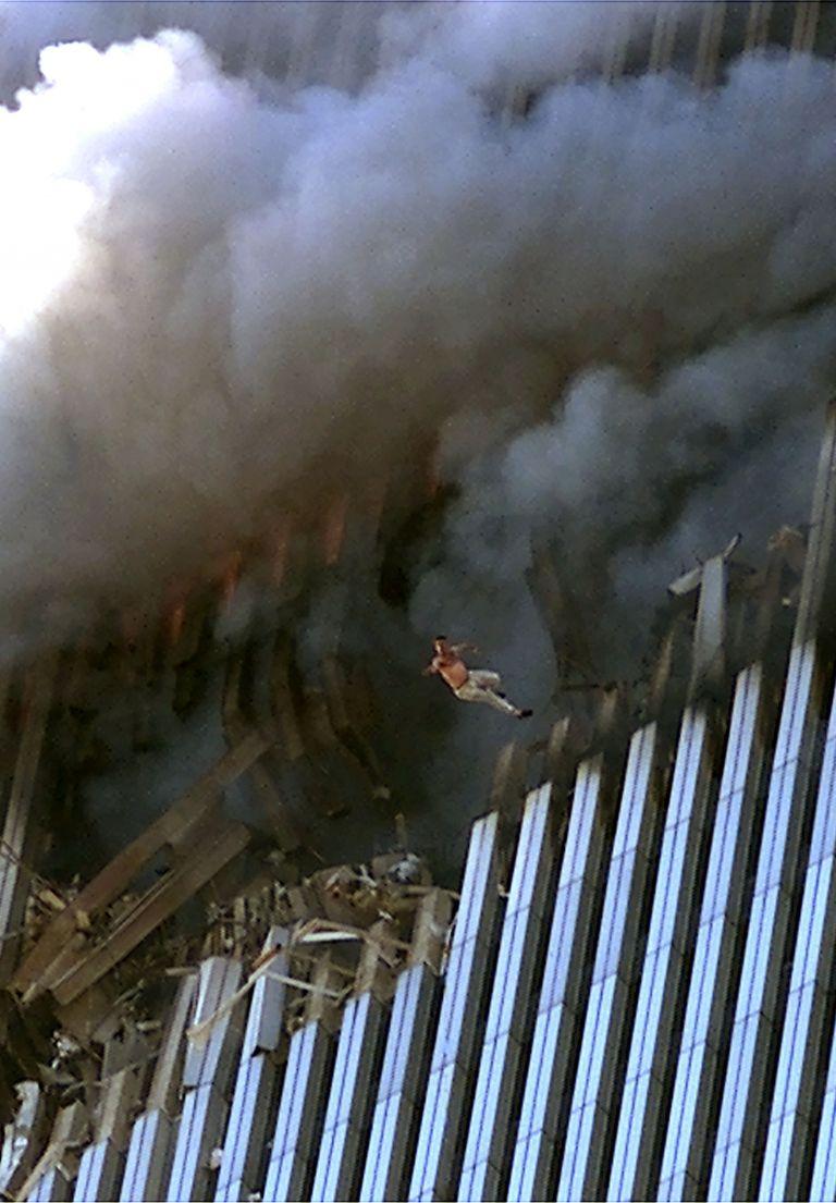 Поне 200 от жертвите скачат от горящите кули на Световния търговски център