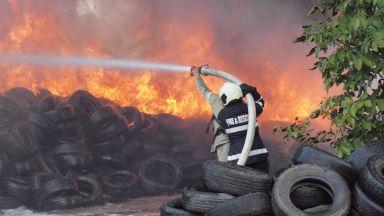 Пожар изпепели тонове гуми и покри с дим Шумен (снимки)