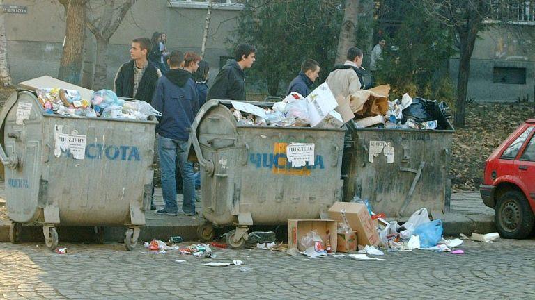 12 януари, 2005 г. - София тъне в боклуци в разгара на кризата със сметоизвозването. Показателите на ред елементи във въздуха се оказват силно завишени: на стронций - 112 пъти, на ванадий - 46, на арсен - 13 пъти, на окисляемостта - 52 пъти.