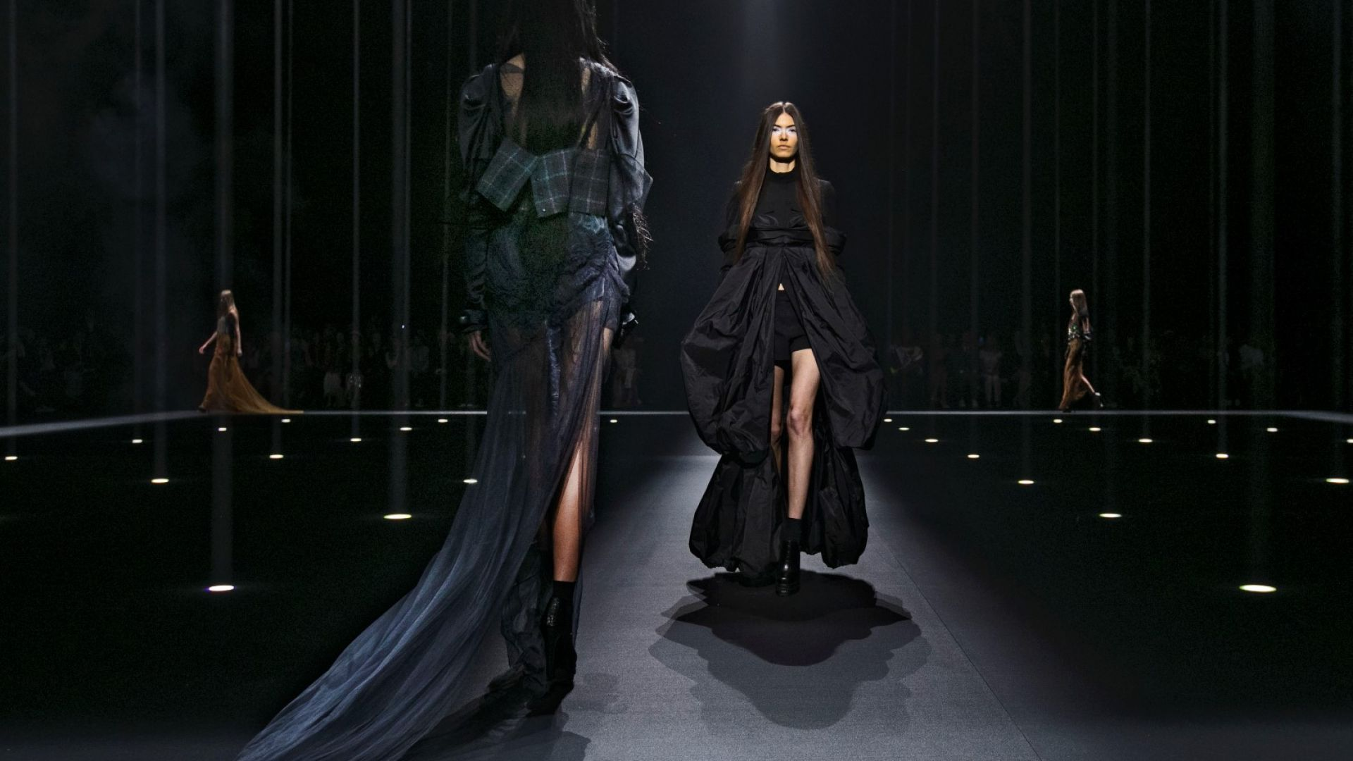 Със сексапил и мрак Вера Уанг се завърна на модната сцена в Ню Йорк