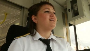 Пееща ватманка забавлява пътниците в Казан (видео)