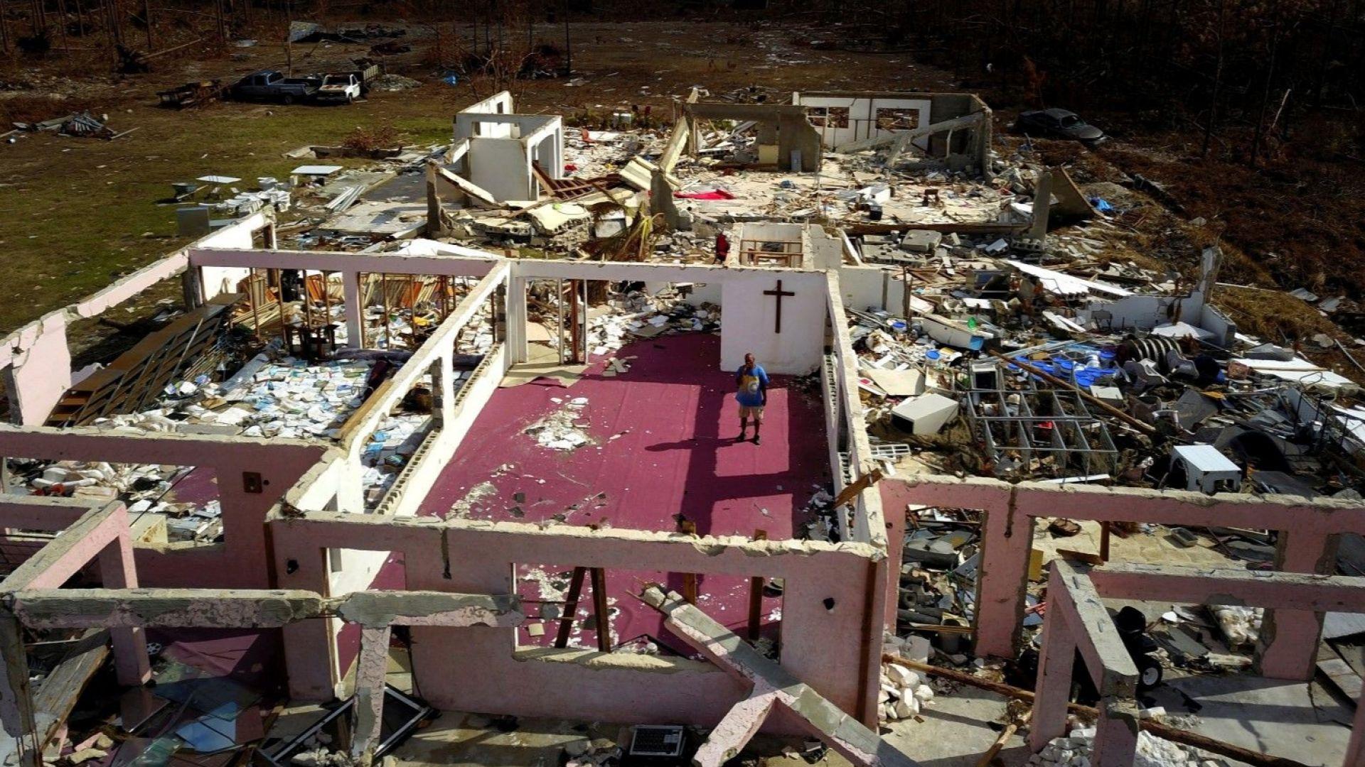 Пастор Йеремия Сондърс сред руините на неговата църква, която беше разрушена от урагана Дориан на Бахамските острови.