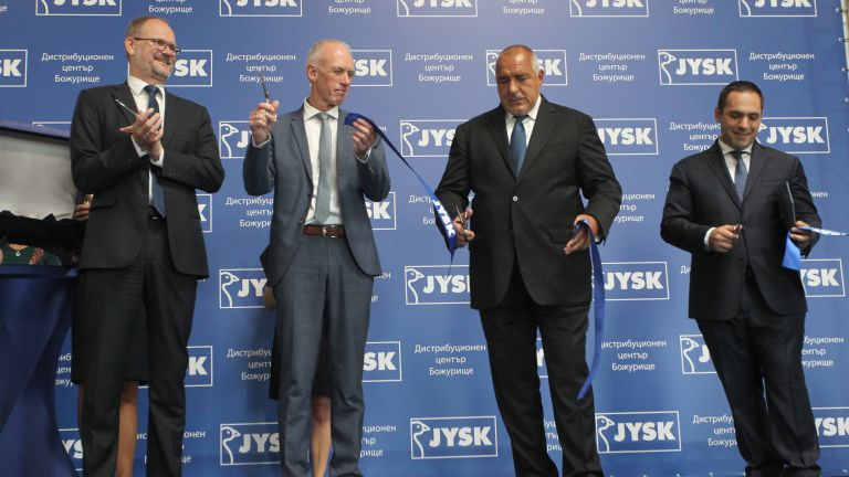 Посланикът на Дания (най-вляво) и премиерът на България прерязват лентата