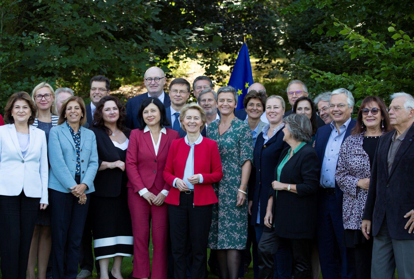 Урсула фон дер Лайен (в средата) заедно с новия състав на Европейската комисия, 12 септември