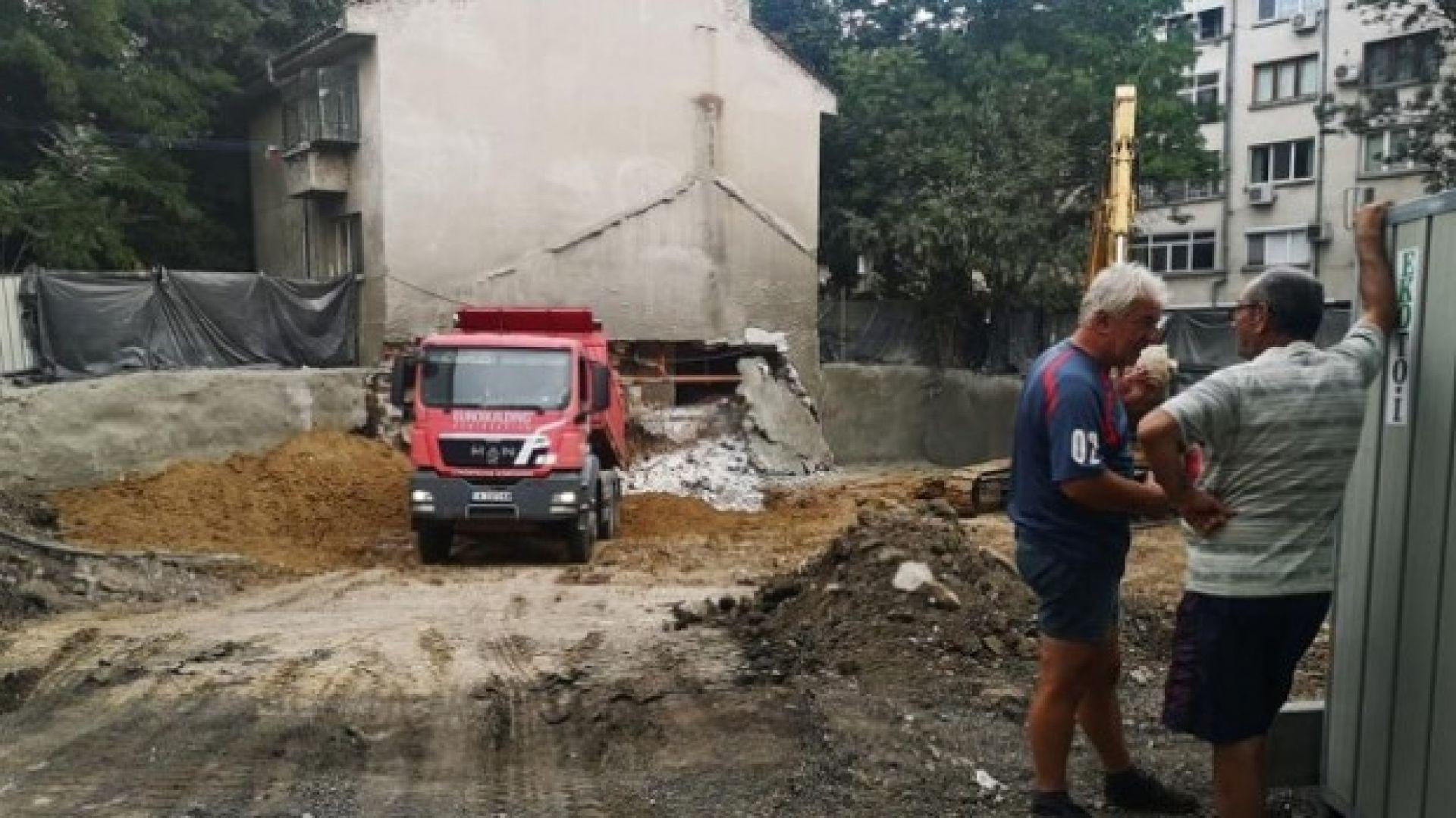 Партерна стена на жилищна сграда рухна в Бургас при изкопни