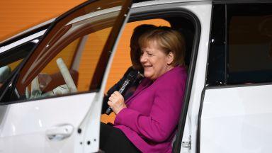 "Екоактивист ""атакува"" Меркел на автоизложението във Франкфурт (снимки и видео)"