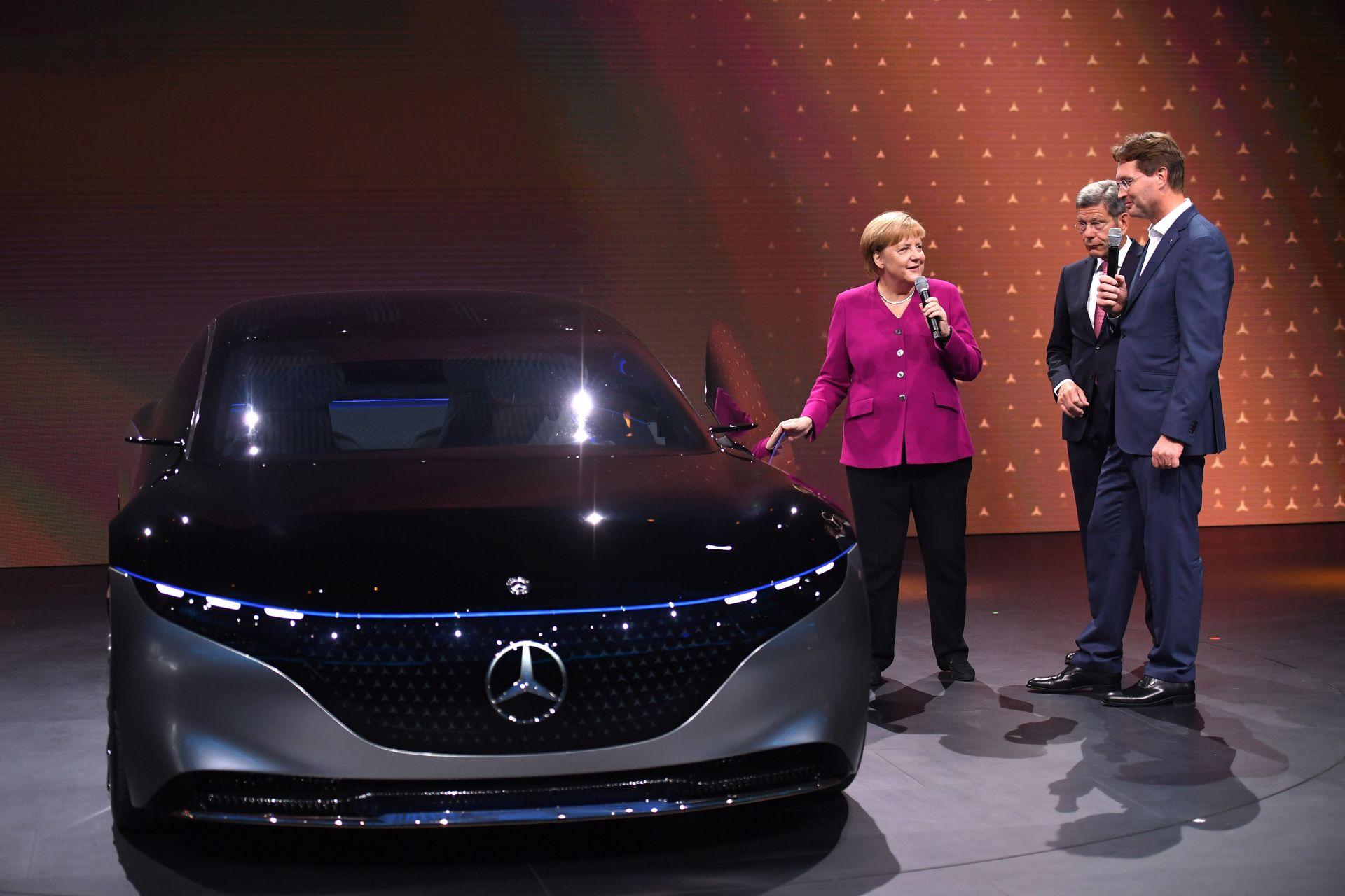 Меркел в новия електромобил ID 3 на Фолксваген