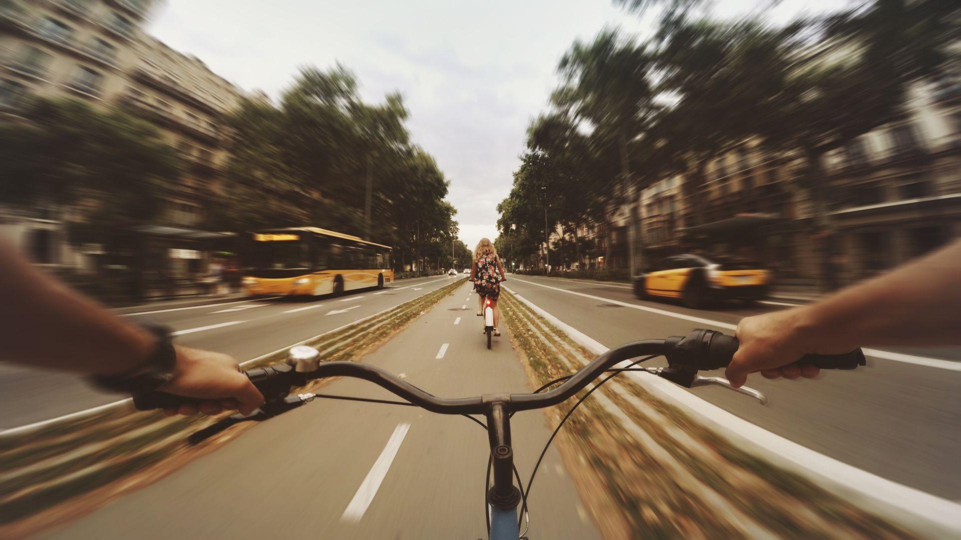 Понеделник е. София е свободна, наоколо само хора с велосипеди, които се движат без проблем по обширните вело алеи.
