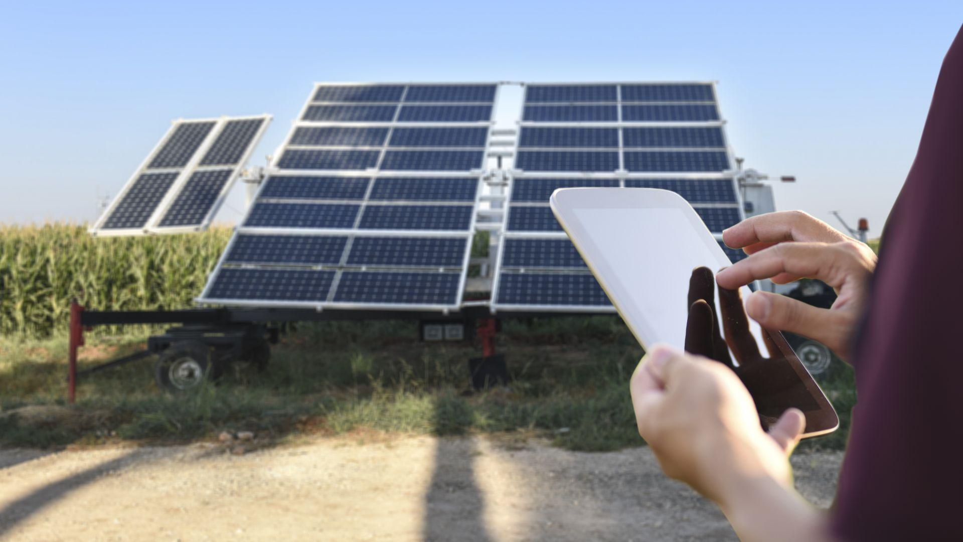 Проверяваш баланса на сметката си - получил си половин заплата от соларния панел на покрива, с който произвеждаш електроенергия и я връщаш обратно в мрежата, за което ти плащат.