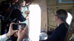 Ритуал срещу пиянство: Руски свещеници ръсиха светена вода от самолет (видео)