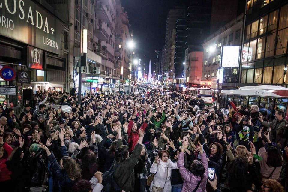 """За сметка на това кметът на Буенос Айрес, Орасио Родригес Ларета от управляващата коалиция на президента Макри може да бъде преизбран на 27 октомври, когато ще бъдат произведени и местните избори.  Реклама след 7-ми параграф  """"На всяко избрано място, без предварително уведомление, веднъж зазвучи ли музиката, хората започват да танцуват в синхрон."""
