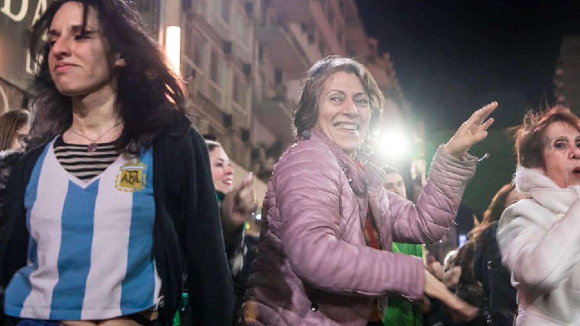 Феноменът Кумбия: Аржентинци бутат властта с танц заради бедност и мизерия