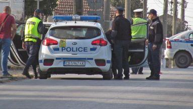 Мъж нападна с нож съпругата си и нейните родители, тримата се борят за живота си