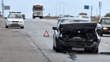 Дете и двама мъже са ранени при катастрофа край София (снимки)