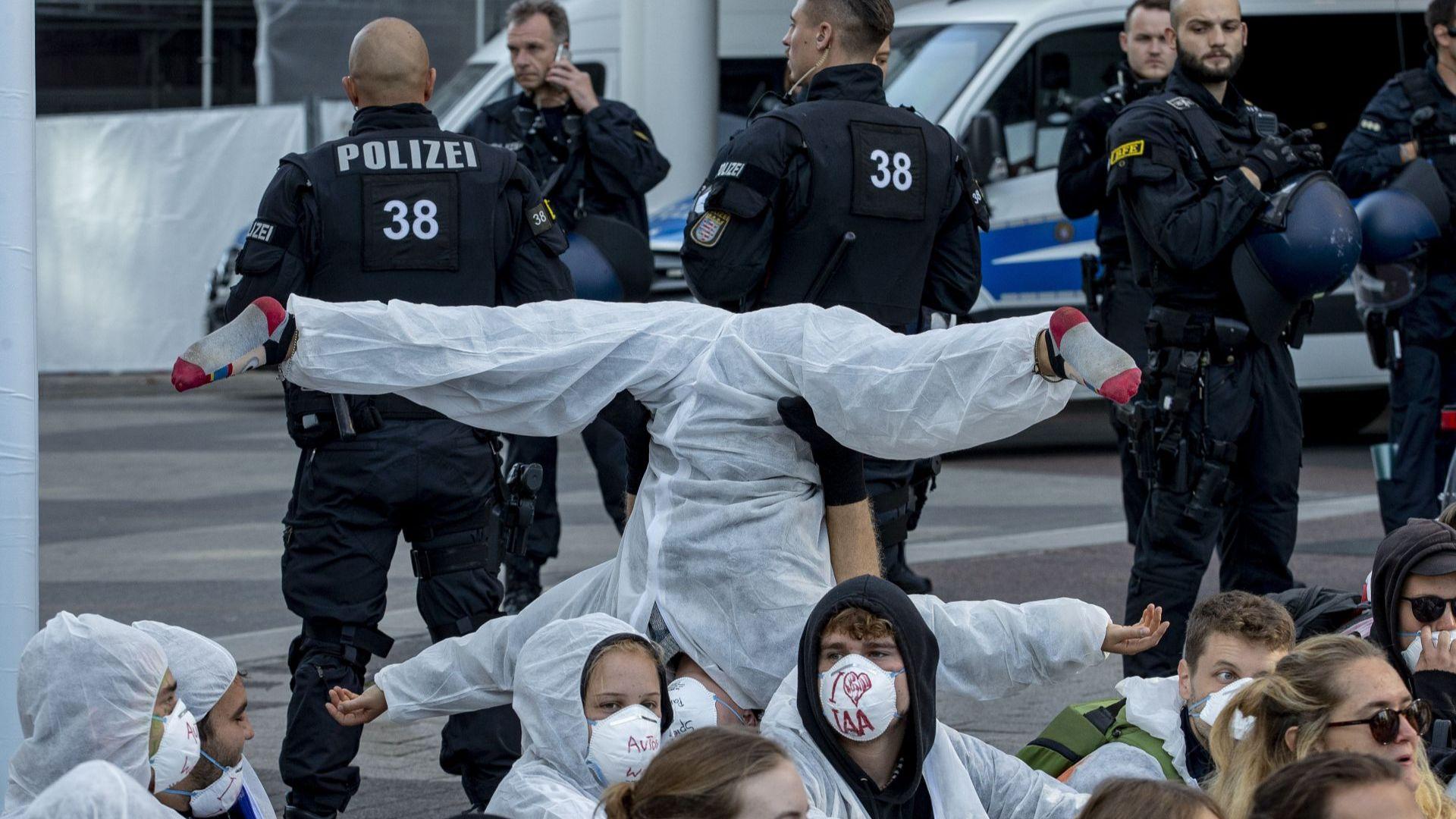 Стотици протестиращи блокираха входа към автомобилното изложение във Франкфурт