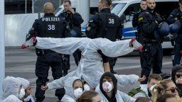 Стотици протестиращи блокираха входа към автоизложението във Франкфурт