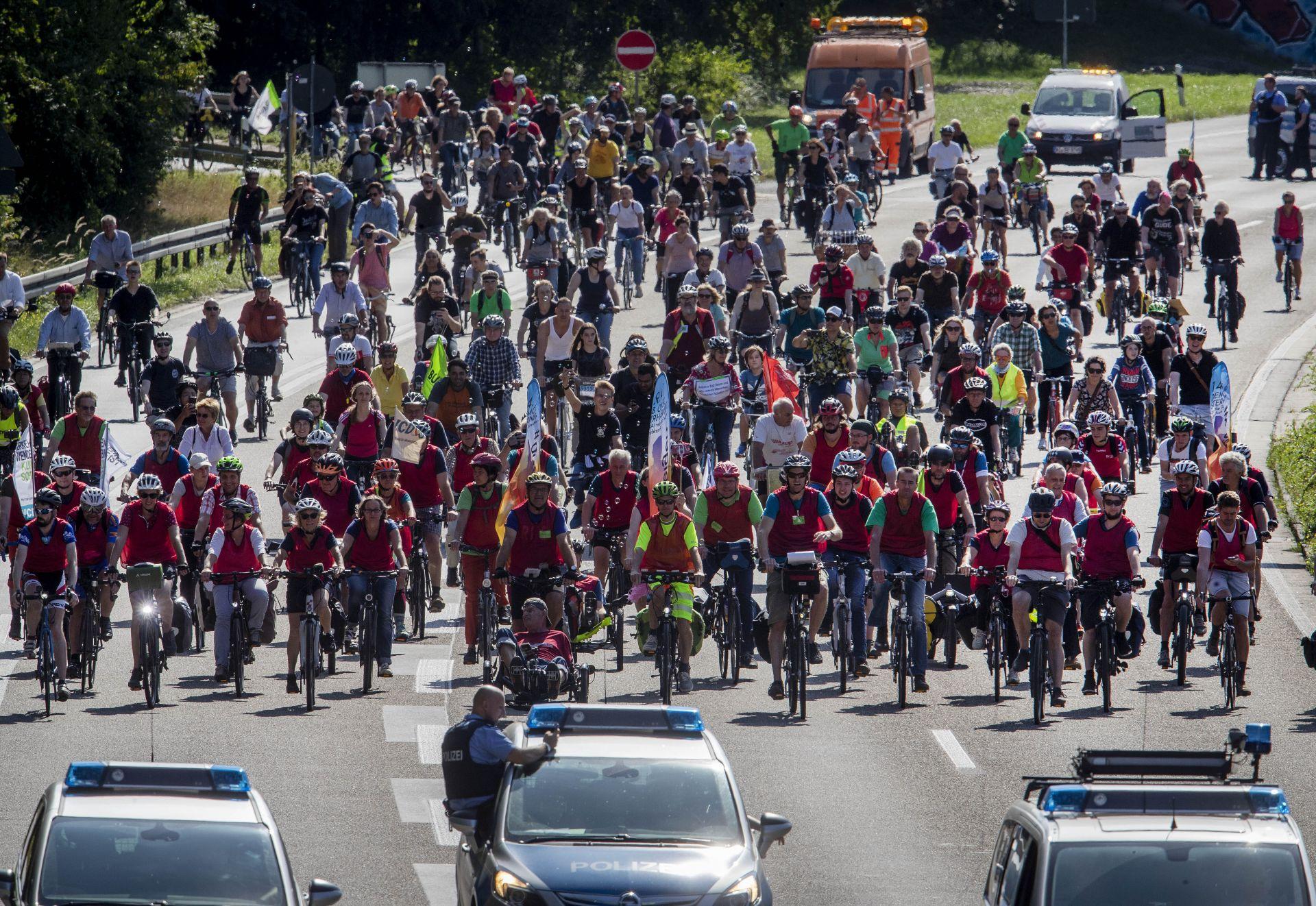 В протеста се включиха и стотици колоездачи