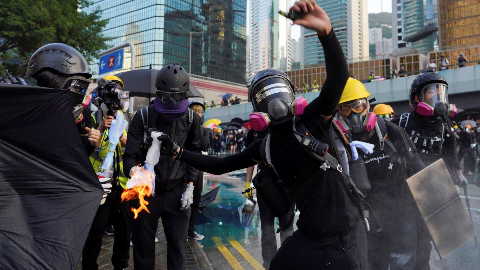 Полицията в Хонконг използва водно оръдие и сълзотворен газ, за