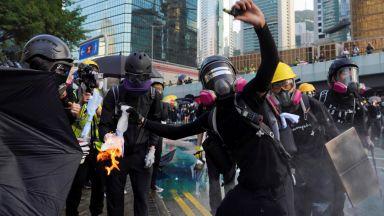 """Коктейл """"Молотов"""" и водни оръдия на протест в Хонконг"""