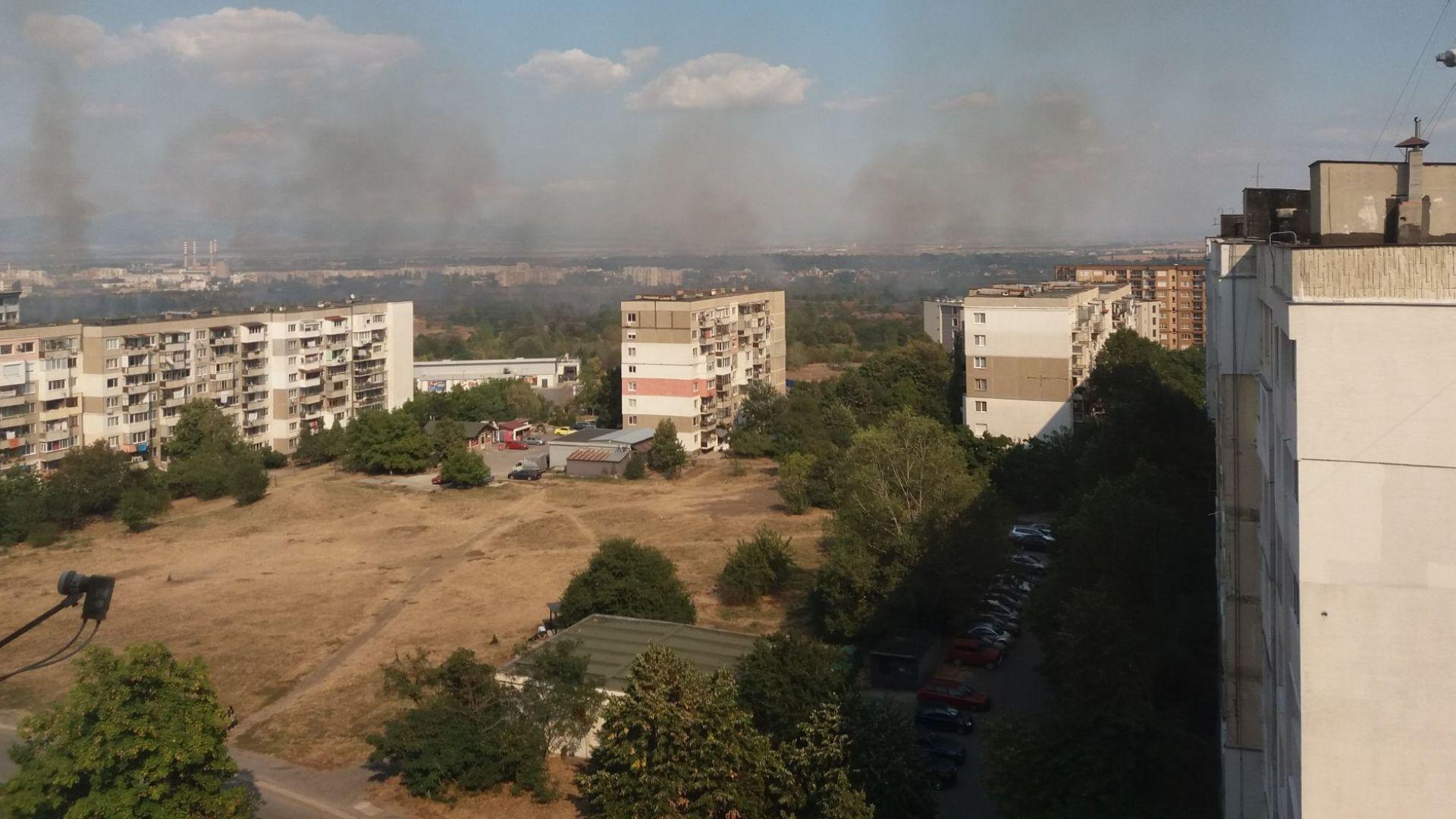 Пожар пламна в неделя следобед край столичния квартал