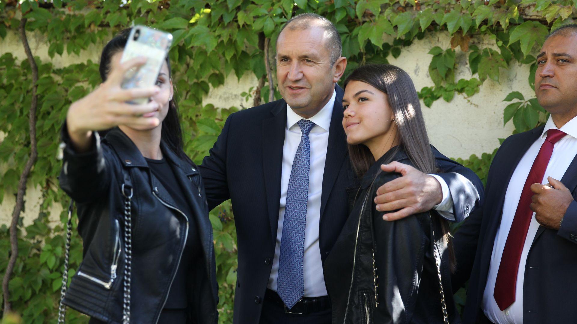 """Президентът Румен Радев откри новата учебна година в 18-то средно училище """"Уилям Гладстон"""" в София."""