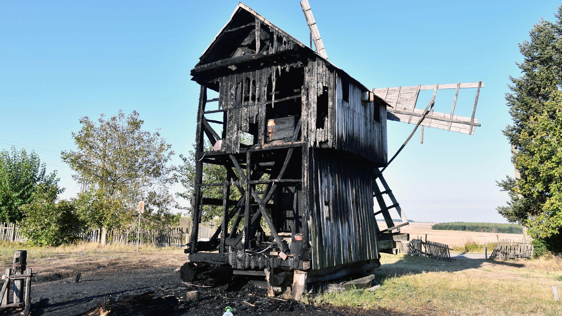 Пожар изпепели вековна вятърна мелница край Исперих (снимки)