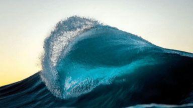 Оператор и фотограф ни хипнотизират с движещи се океански вълни