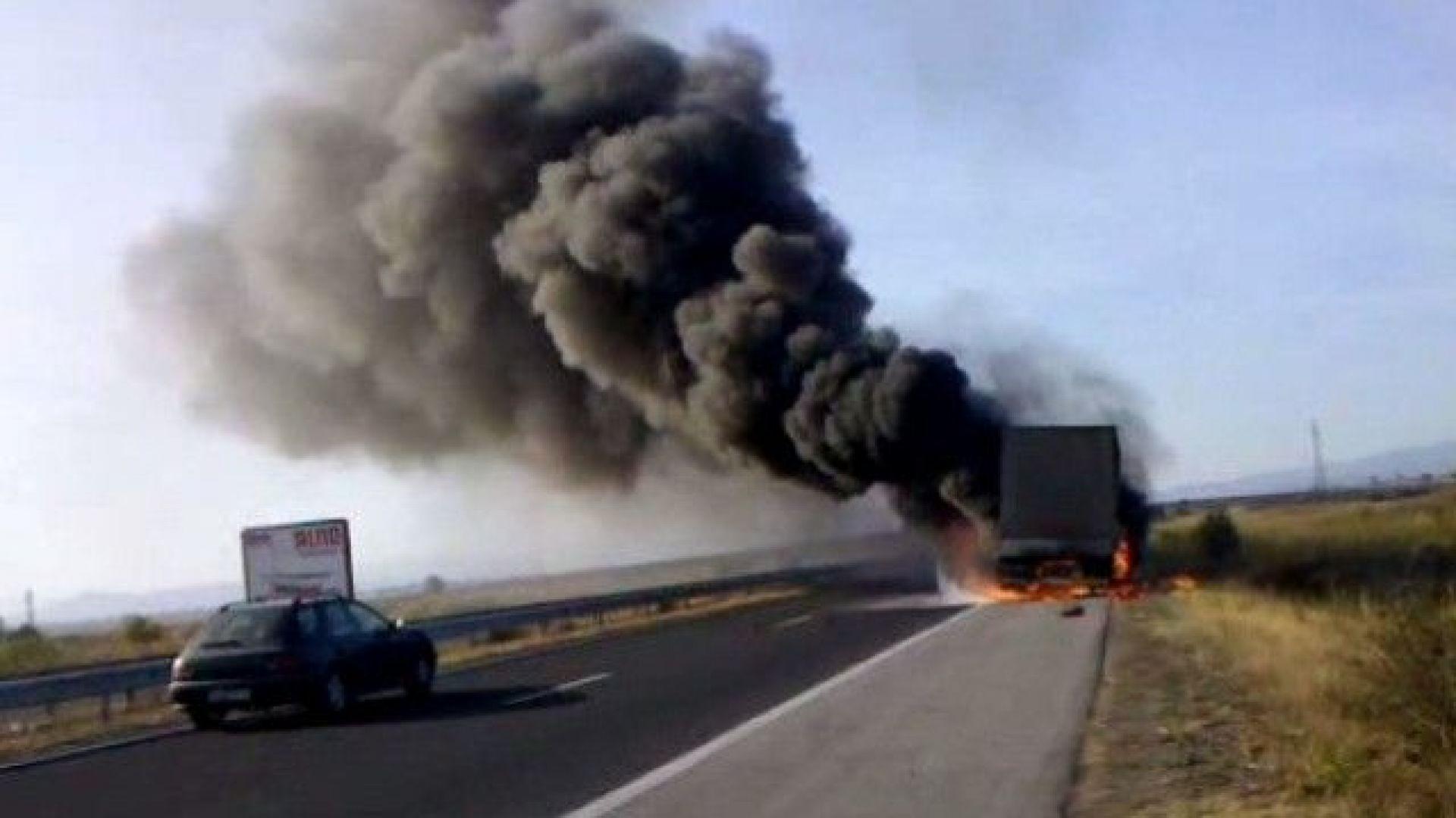 Тир, превозващ гуми, пламна в движение на АМ