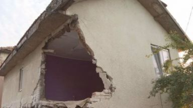 Къщата на семейството от Борован, блъсната от ТИР, е негодна за живеене