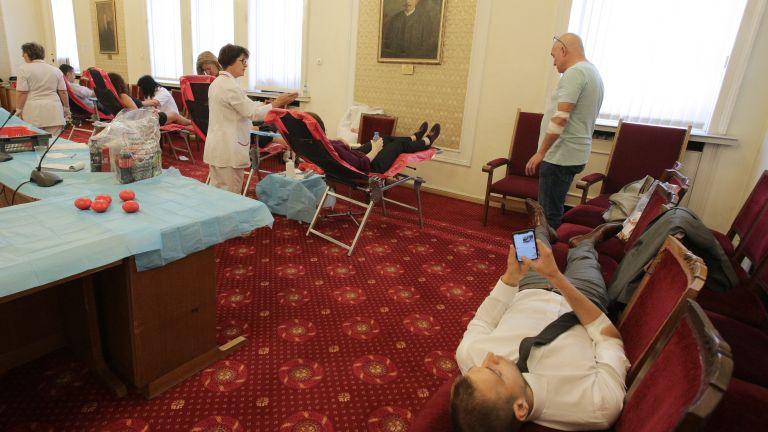 Депутати дариха безвъзмездно кръв (снимки)