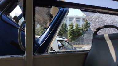 Камион удари градски автобус пред руското посолство в София (снимки)