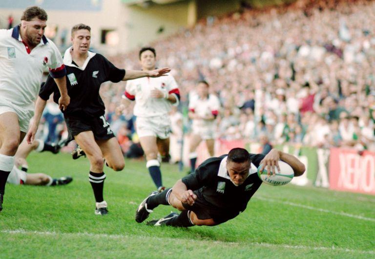 Незабравим момент - невъзможният за спиране Джона Лому прегазва отново английската защита в полуфинала през 1995-а, спечелен от Нова Зеландия с 45:29. Лому си отиде твърде млад, на 40 години. В този класически мач той записа 4 есета