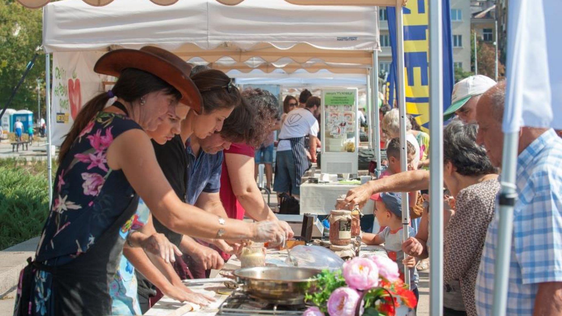 """Без сили остана и екипът на """"Дивата ферма"""", на чийто щанд Благовеста Василева предлагаше на гостите на фестивала току-що изпържени телешки гюзлеми и специални колбаси и консерви приготвени от биосертифицирано месо."""