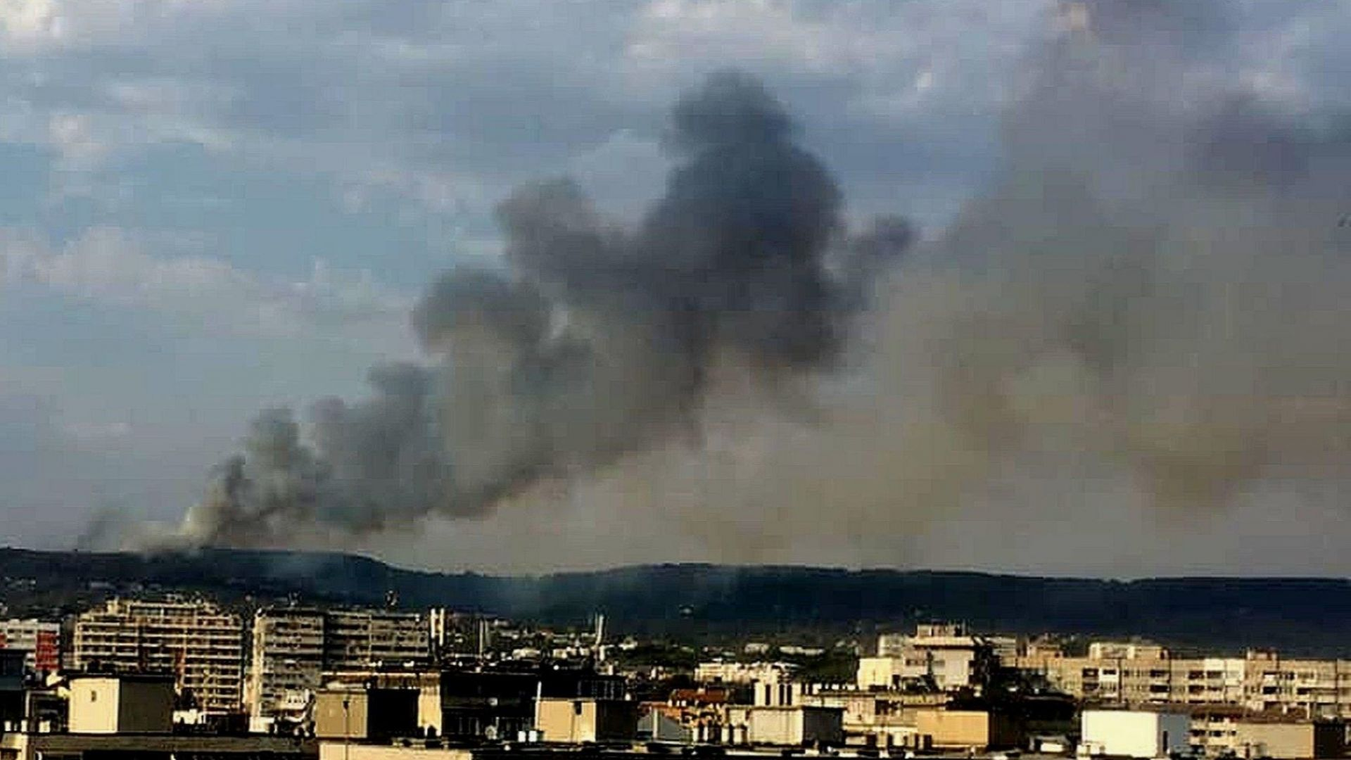 Голям пожар застрашава квартал на Варна