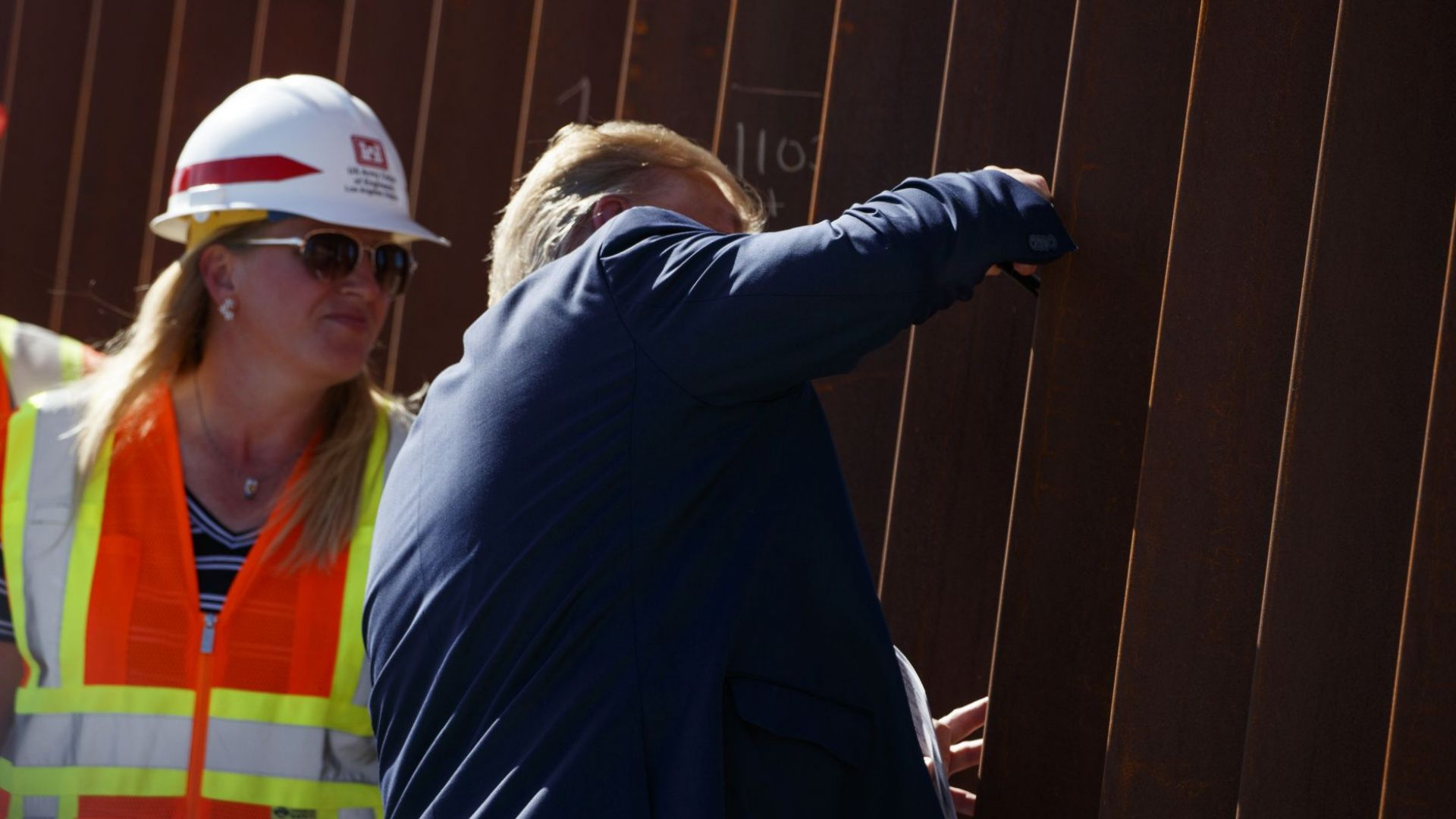 Президентът на САЩ Доналд Тръмп остави подписа си на стената