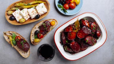 Македонска наденица в червено вино с подправки