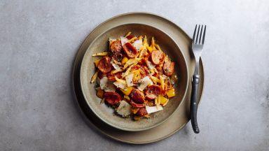 Паста с доматен сос, чушки и софийска наденица
