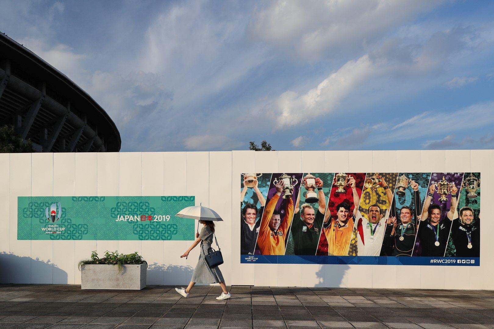 """В Япония навсякъде има ясни белези, че треската започва - стената със снимки на всички капитани, вдигали купата """"Уеб Елис"""", е на стотина метра от стадиона в Йокохама"""