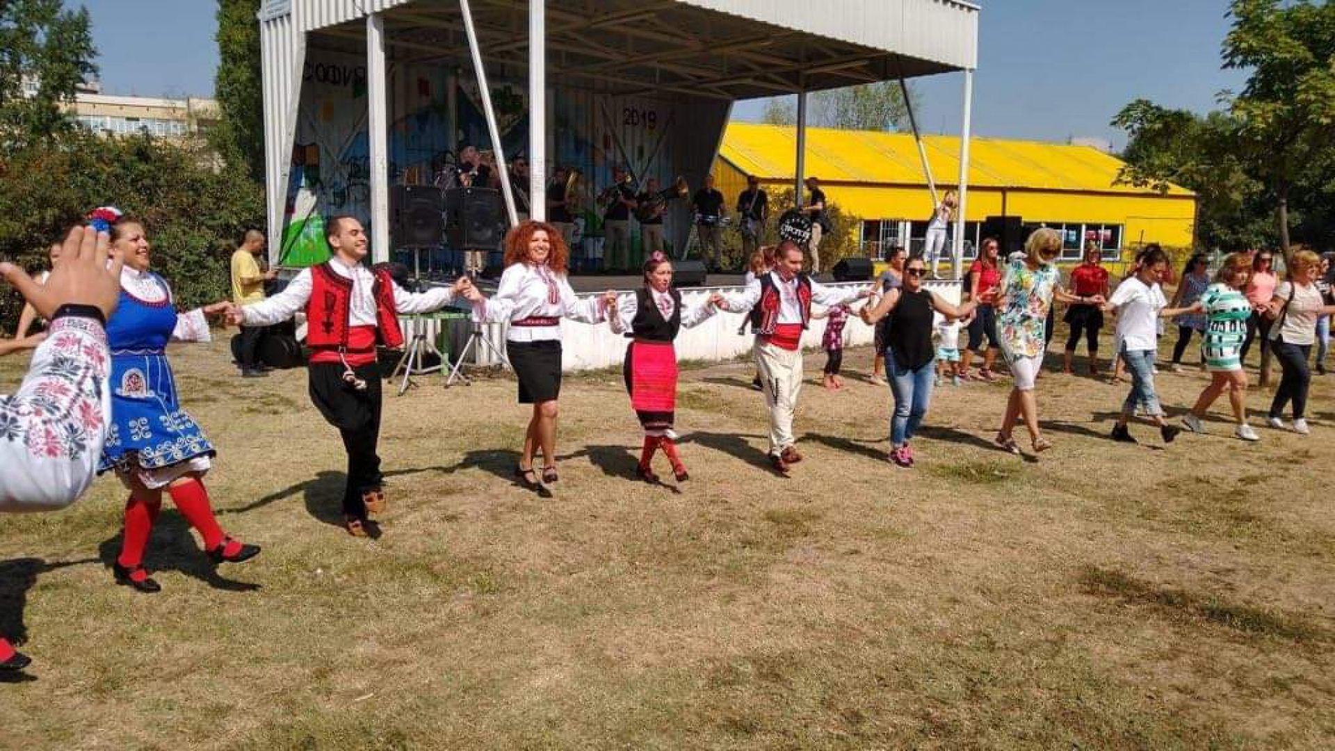 Представители на различни певчески и танцови клубове от квартала се