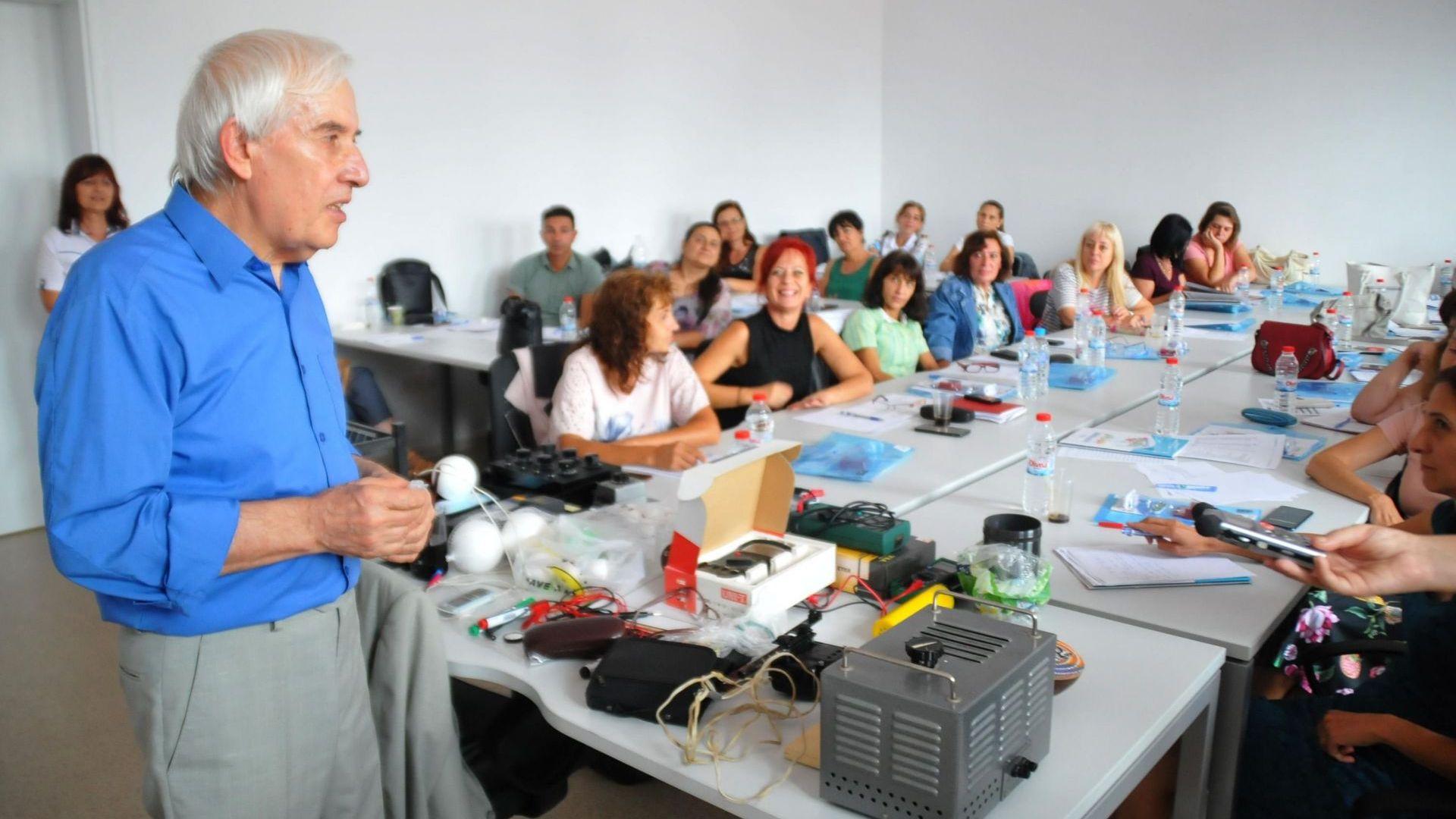 Физикът Теодосий Теодосиев обучава и преподаватели