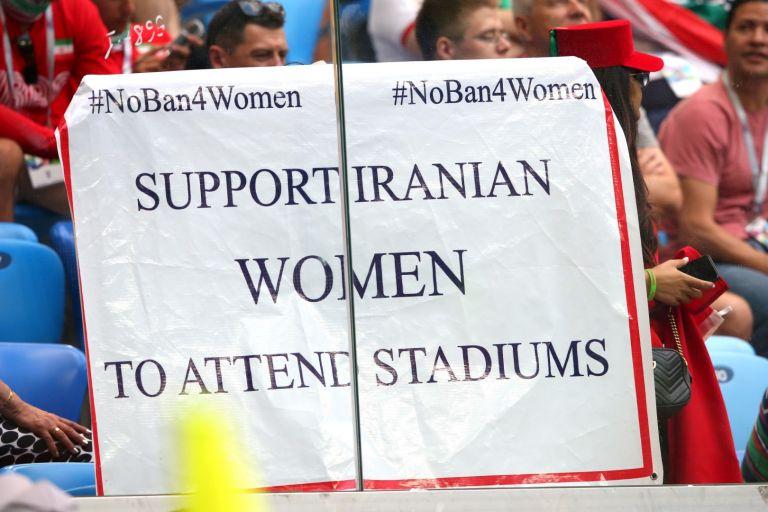 Забраната предизвиква глобален отзвук и протести, но футболът като цяло не предприема сериозни мерки