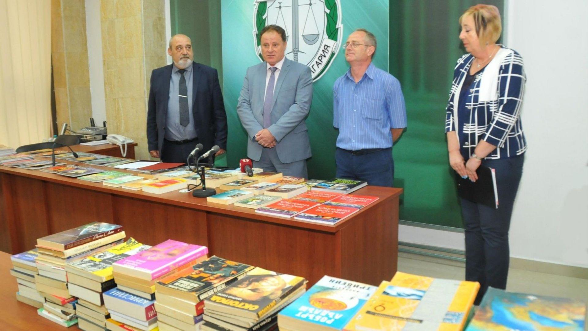 Прокурори и следователи дариха книги на затвора в Бургас