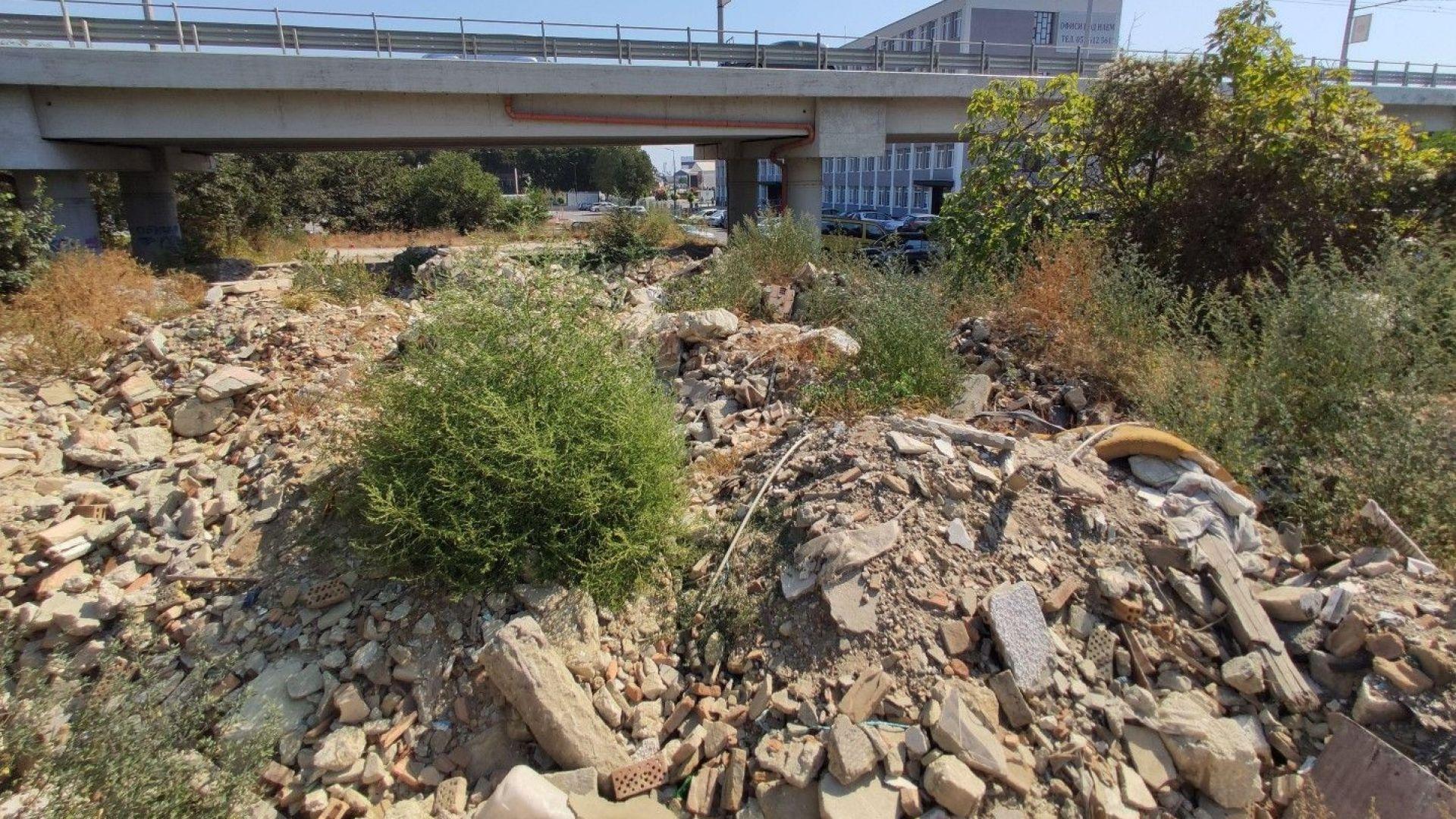 Строителни отпадъци засипаха паркинг под Аспарухов мост