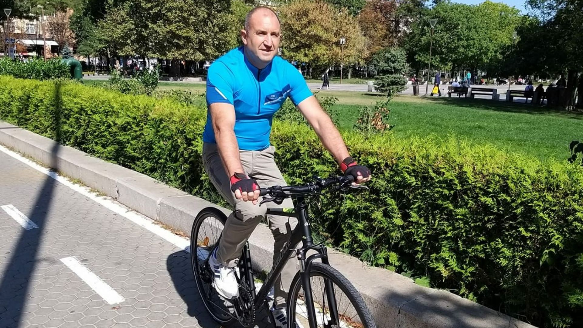 Държавният глава Румен Радев беше заснет да кара велосипед в