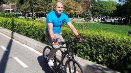 Заснеха президента Радев на колело в София