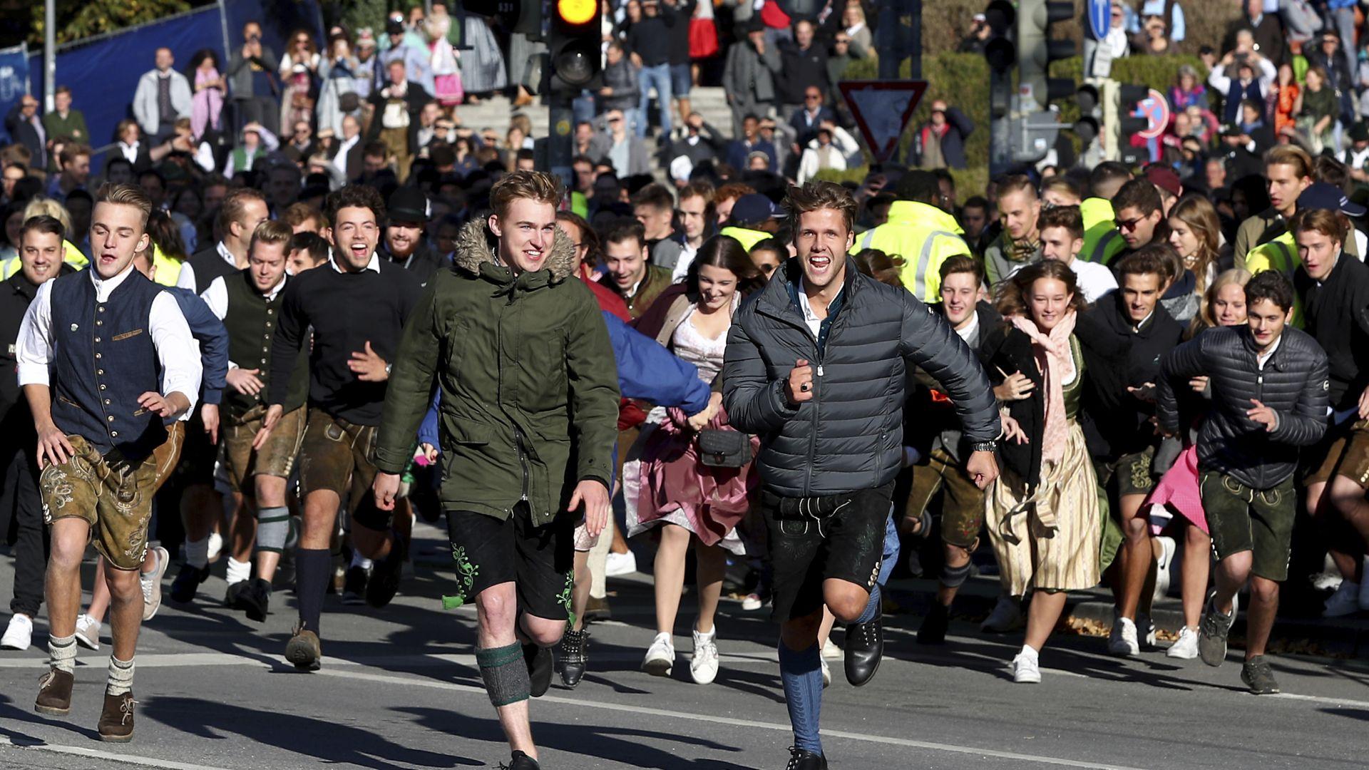 Хиляди фенове на Октоберфест щурмуваха терените още преди старта му