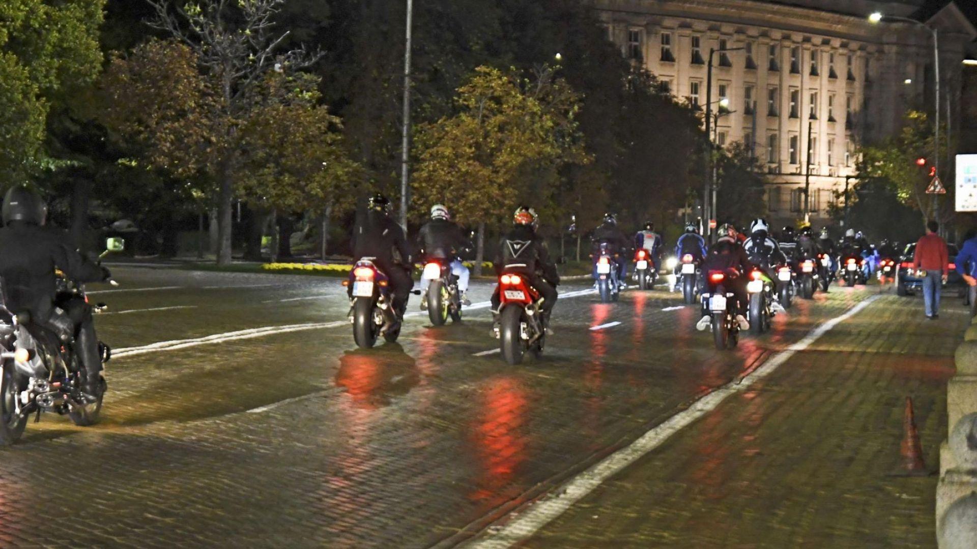 Снимка: Масово нощно каране на мотори в София за повече толерантност на пътя