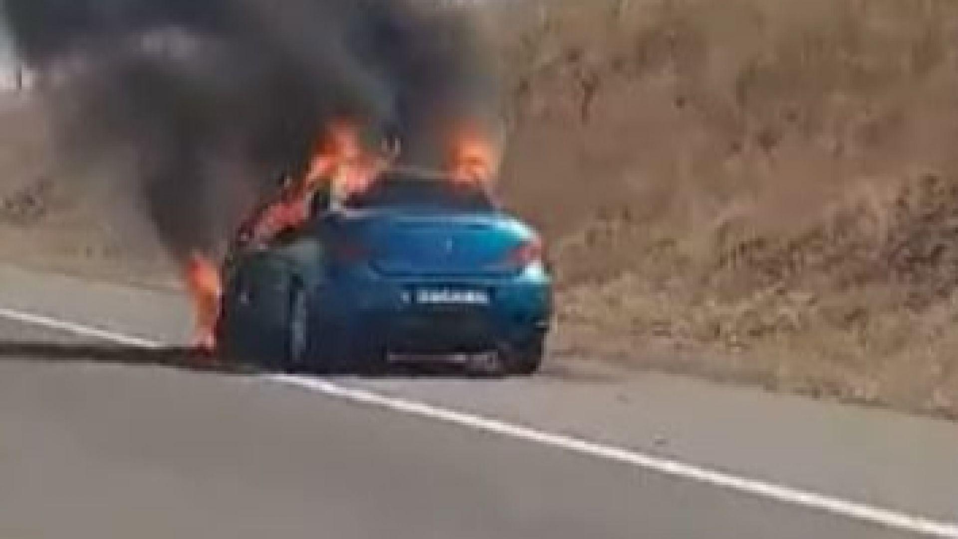Кола пламна на магистрала