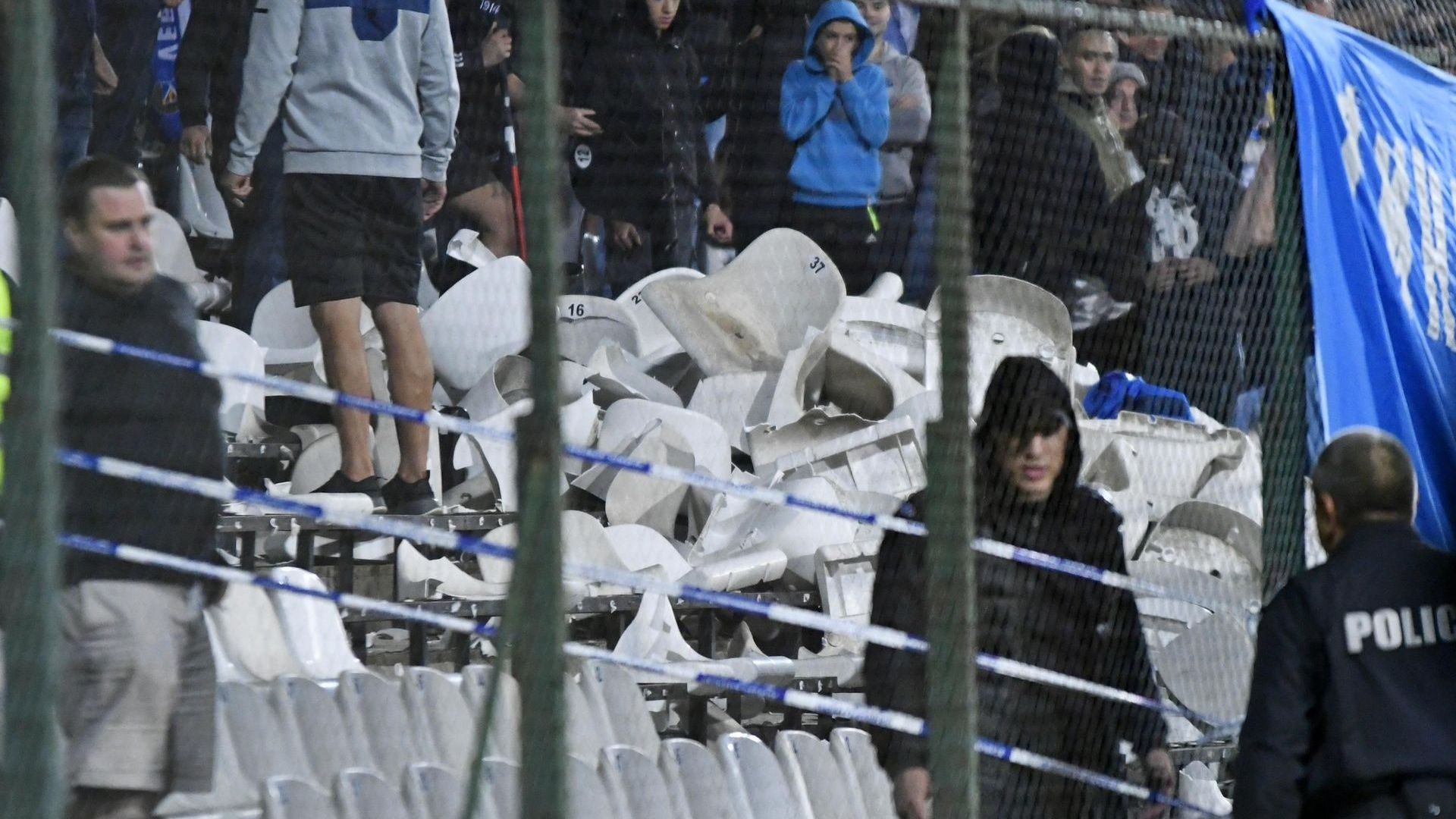 Славия се оплака - левскари счупили над 800 седалки